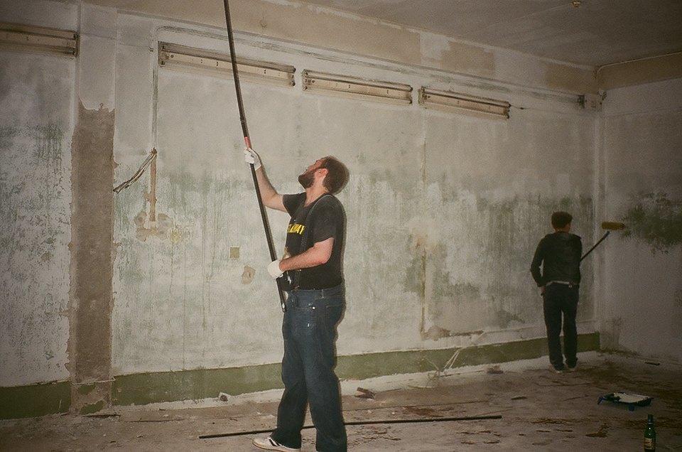 Фоторепортаж: Как мы сделали ремонт в мастерской силами редакции. Изображение № 12.
