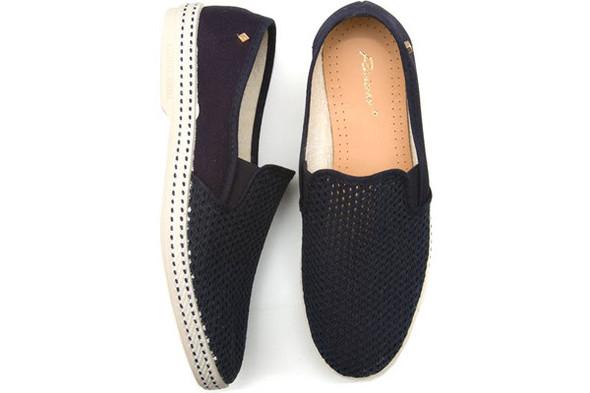 Похожие на слипоны туфли есть у Riveras, стоят около 75 долларов в интернет-магазинах и 3 400 рублей в КМ 20. Бывают еще белыми и красными. Изображение № 6.