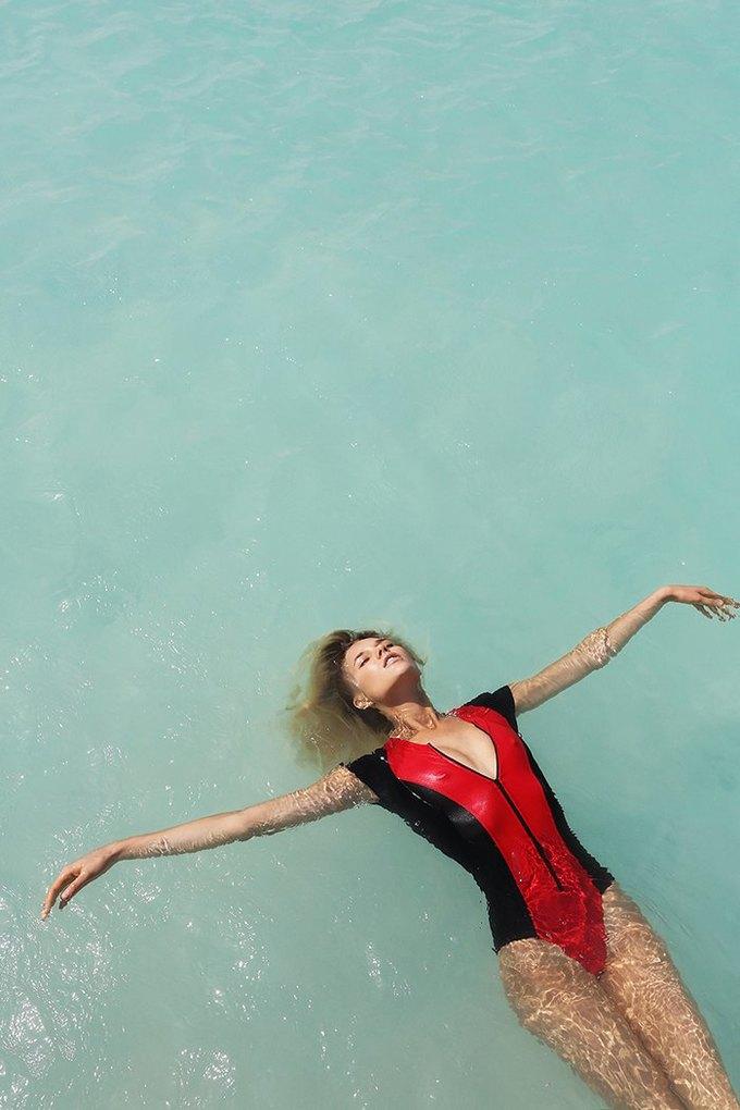 Журнал Surfing Magazine опубликовал специальный выпуск, посвящённый моделям в купальниках. Изображение № 10.