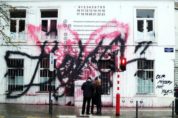 Уличный художник Kidult разрисовал магазин марки Maison Martin Margiela. Изображение № 1.