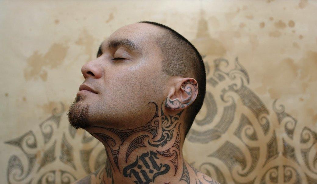 На лбу написано: Путеводитель по татуировкам на лице. Изображение №2.