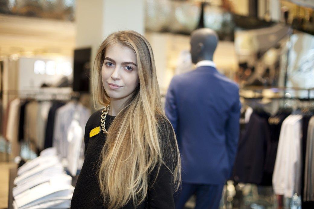 5 красивых продавщиц в магазинах одежды выбирают вещи для парня мечты. Изображение № 13.