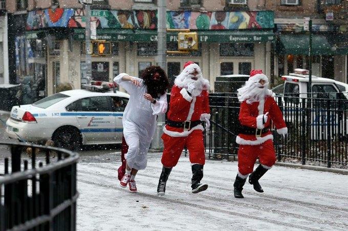 В Нью-Йорке произошла массовая драка Санта-Клаусов. Изображение № 2.