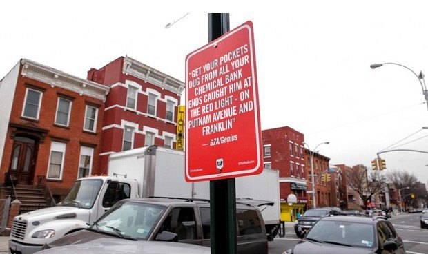 Нью-йоркский художник Джей Шеллс крепит к столбам таблички с рэп-цитатами. Изображение № 4.