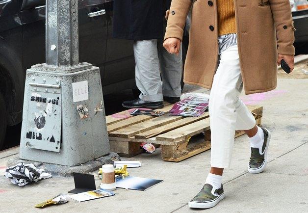 Коротко и ясно: Как правильно носить укороченные брюки. Изображение №7.