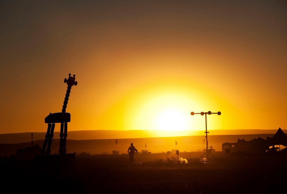 Как развлекаются посетители фестиваля Burning Man в африканской пустыне. Изображение № 22.