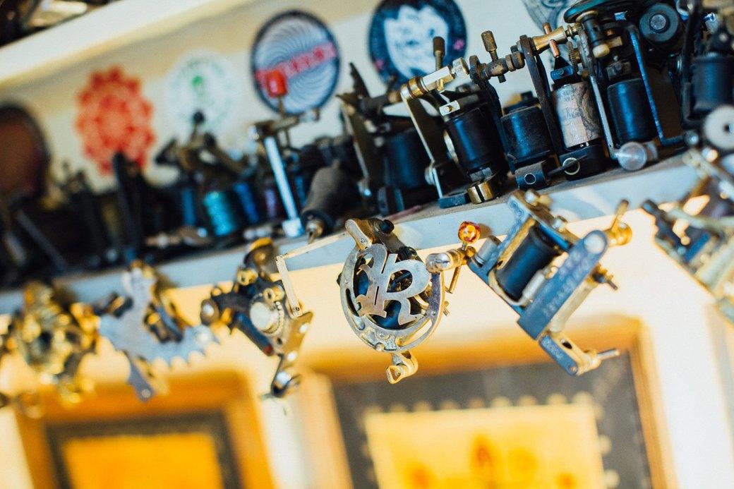Татуировщик Дмитрий Захаров об одной из самых больших коллекций тату-машинок в Европе. Изображение № 15.