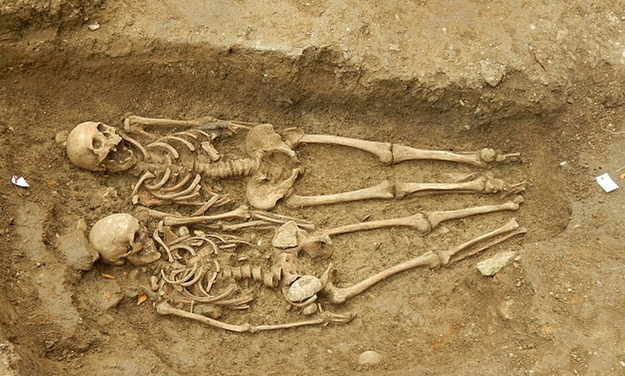 Английские археологи нашли пару, 700 лет держащуюся за руки . Изображение № 1.