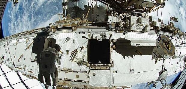 Астронавты починили МКС зубной щеткой. Изображение № 2.