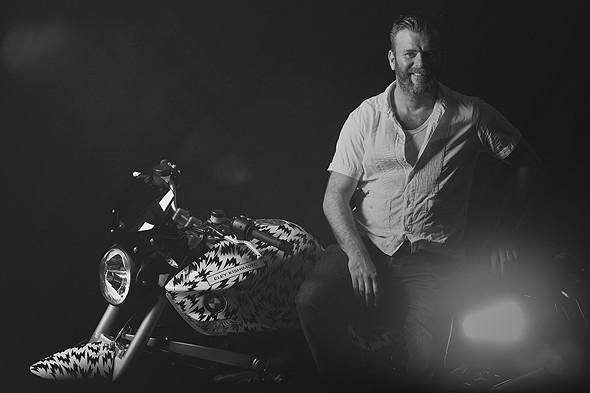 Марк Элей на мотоцикле BMW R1200R, оформленном принтом Eley Kishimoto. Изображение № 2.