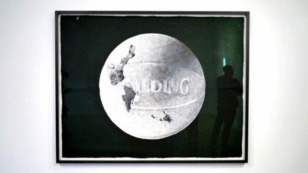 Художник воссоздал предметы современной культуры из вулканического пепла. Изображение № 3.