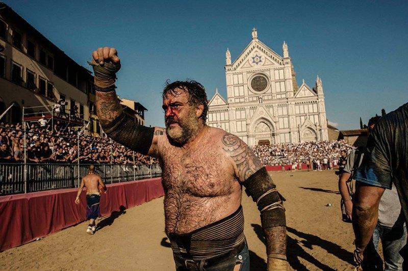 Как выглядит самая кровожадная разновидность футбола —кальчо флорентино. Изображение № 36.