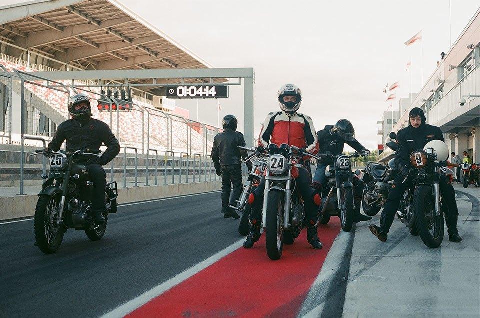 Фоторепортаж с гонки кастомных мотоциклов Nuts & Bolts. Изображение № 9.