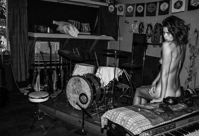 Эди Слиман снял супермодель Эбби Ли Кершоу для эротического журнала 25 Magazine. Изображение № 7.