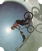 Рэнди Давила в 1975 году в бетонном боуле выполняет трюки на BMX. Изображение №14.