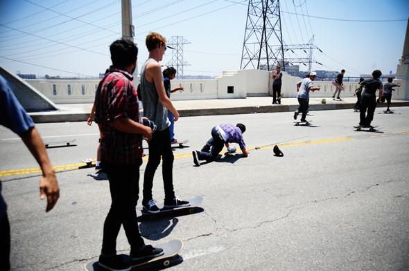 Изображение 5. Скейтбордисты Лос-Анджелеса устроили «Безумие на улицах города».. Изображение № 6.