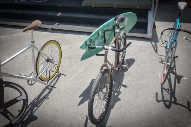 Парни делают мотоциклы, серфы и одежду. Но могут и велосипед кастомизировать таким образом, чтобы можно было захватить с собой серф.. Изображение № 2.