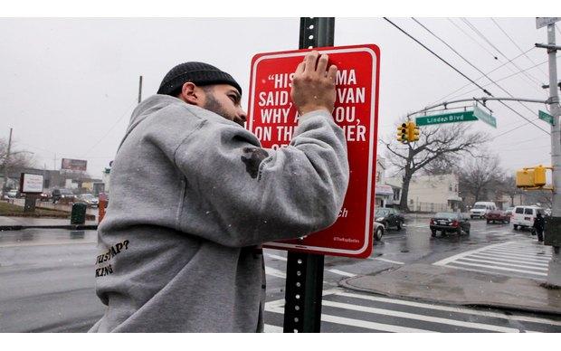 Нью-йоркский художник Джей Шеллс крепит к столбам таблички с рэп-цитатами. Изображение № 2.