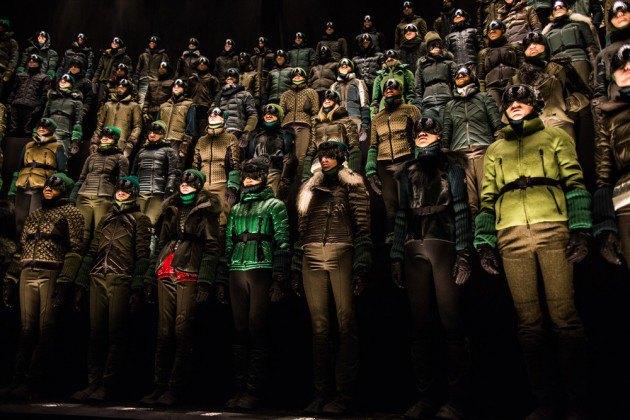 Марка Moncler представила новую коллекцию, собрав сотни людей в масках под зеркальные потолки. Изображение № 18.