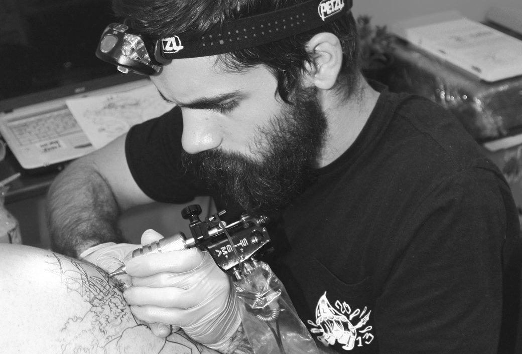 «За барахлом всё ещё приходят, но таким я не отвечаю»: Интервью с татуировщиком Никитой Брославским. Изображение № 1.