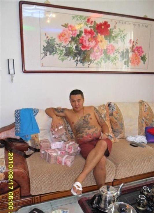Китайский бандит потерял телефон с коллекцией личных фото: смотрим и обсуждаем. Изображение № 1.