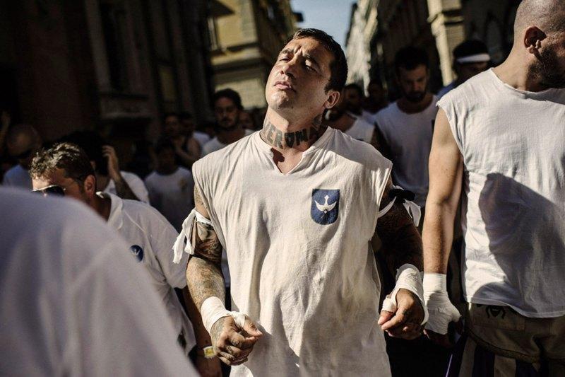 Как выглядит самая кровожадная разновидность футбола —кальчо флорентино. Изображение № 19.