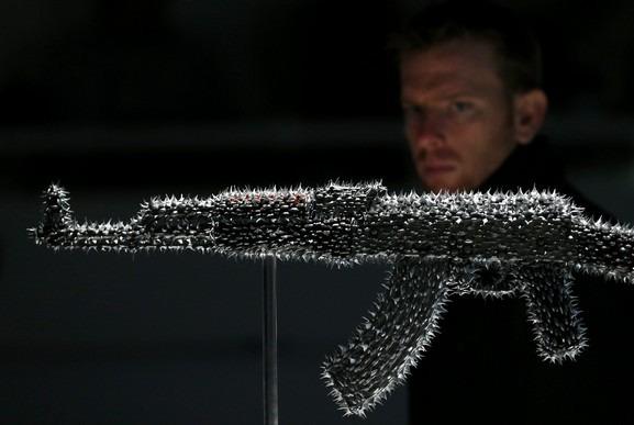 Британские художники представили миролюбивые модификации АК-47. Изображение № 3.