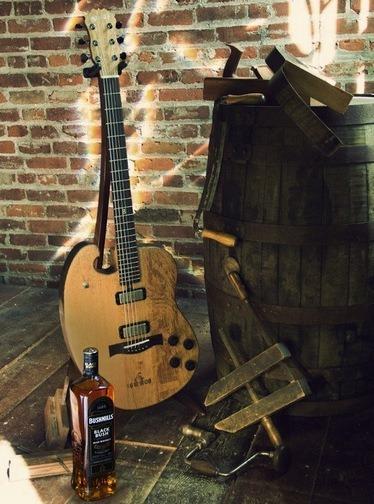 Фронтмен Bon Iver создал гитару из бочки для виски. Изображение № 1.