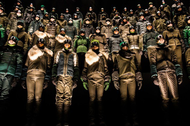 Марка Moncler представила новую коллекцию, собрав сотни людей в масках под зеркальные потолки. Изображение № 5.