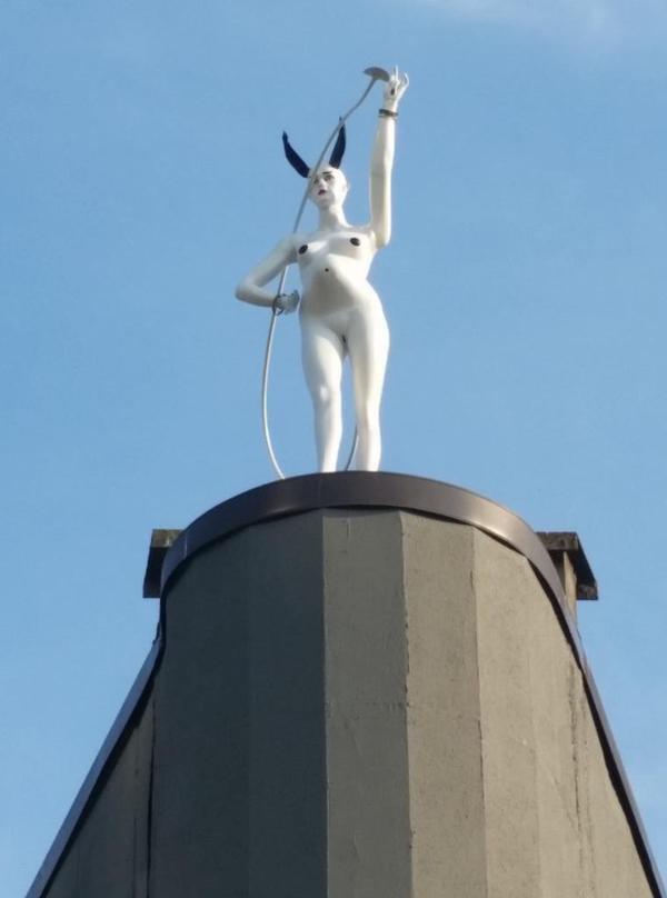 В Ванкувере появилась статуя беременной дьяволицы. Изображение № 1.