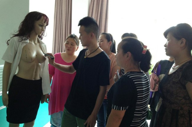 Китайский эксперт по массажу женской груди закрывает бизнес из-за ревнивых мужей. Изображение № 1.