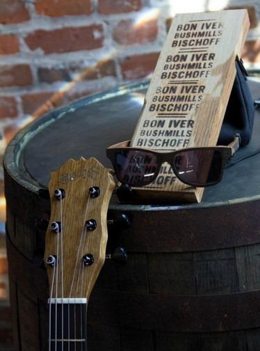 Фронтмен Bon Iver создал гитару из бочки для виски. Изображение № 3.