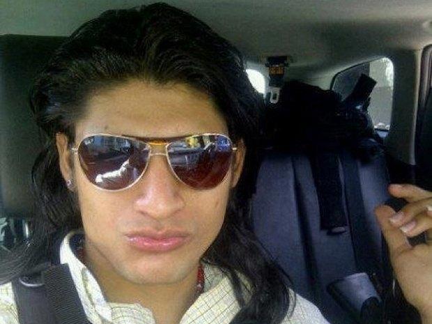 В сети нашли члена мексиканского наркокартеля, который любит делать селфи. Изображение № 12.