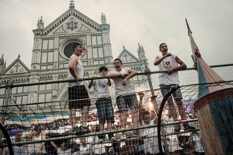 Как выглядит самая кровожадная разновидность футбола —кальчо флорентино. Изображение № 26.