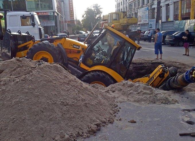 В Рязани трактор упал в яму, которую сам и выкопал. Изображение № 2.