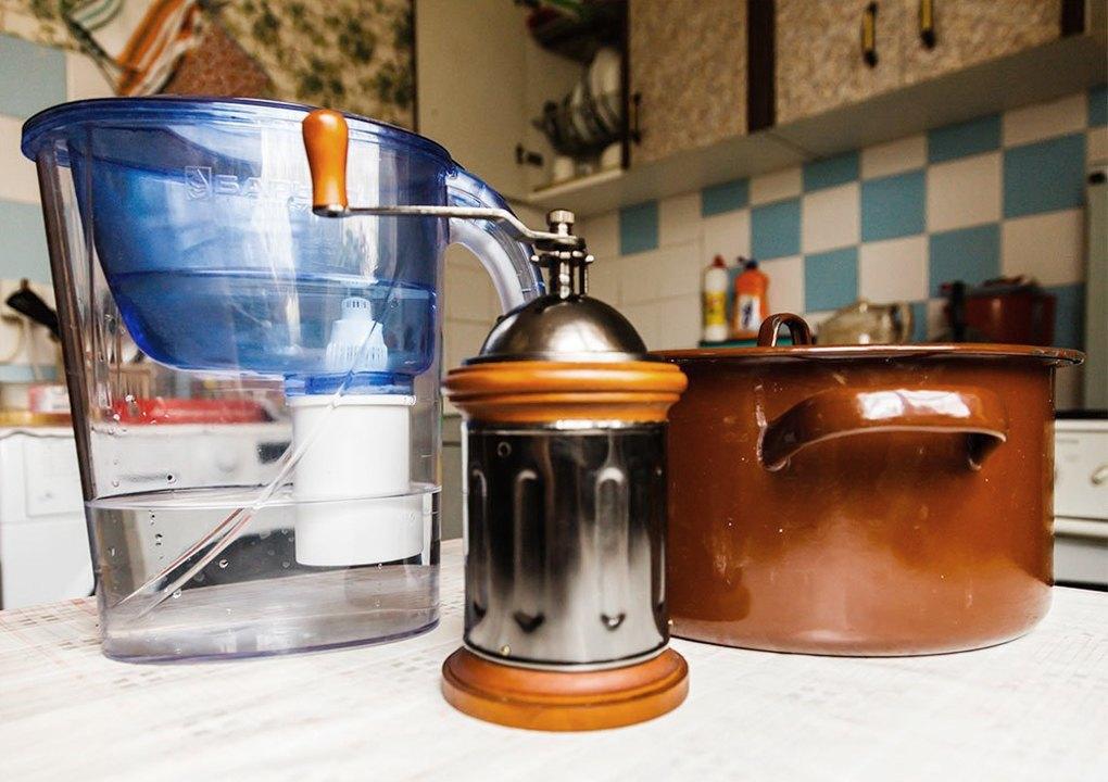 Подготовка воды фильтрацией через угольный фильтр, кофемолка для молки солода, кастрюля для варки сусла.. Изображение № 9.