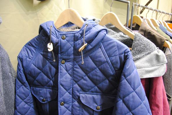 Стеганая синяя куртка на самом деле вощеная, но несмотря на это очень мягкая. Изображение № 11.