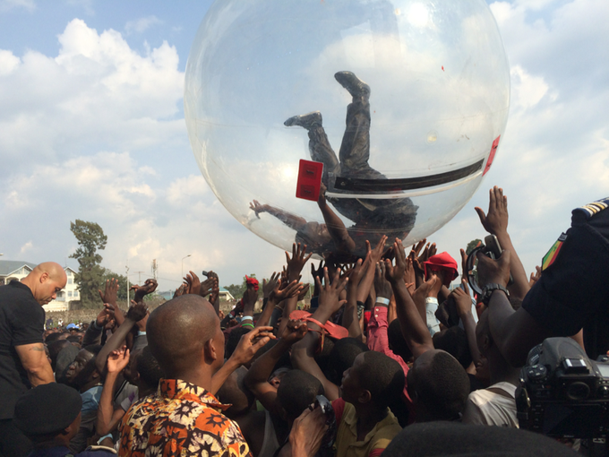 Из-за Эболы Эйкон дал концерт в Конго в пластиковом шаре . Изображение № 1.