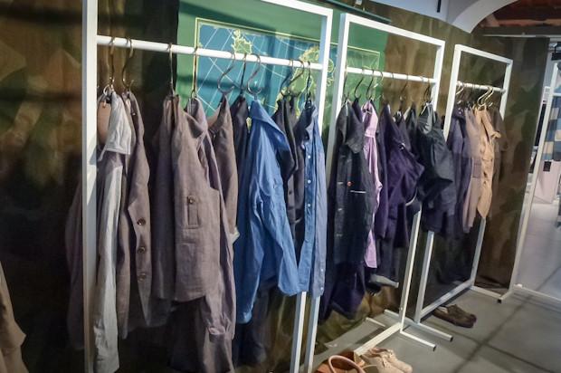 Совсем другое дело — Nigel Cabourn. Сам Найджел в третий день выставки выглядел круче нескольких Ников Вустеров вместе взятых: камуфляжные широкие шорты, game vest, очки. Именно тогда у меня как на зло сел фотоаппарат. Надеюсь, кто-то все же запечатлел его . Изображение № 49.