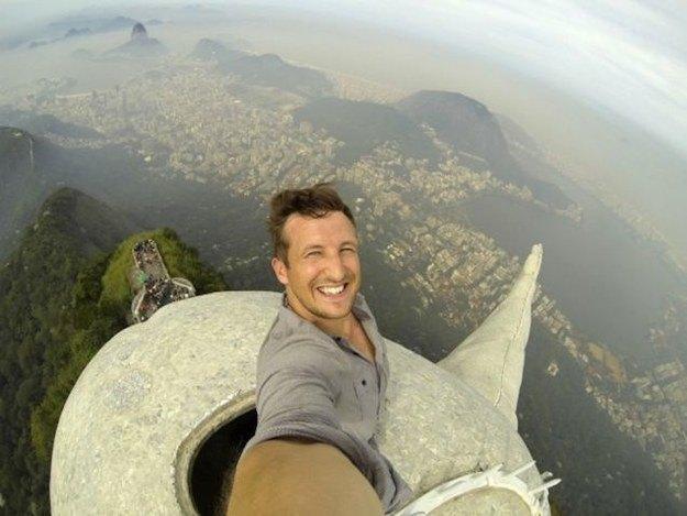 Путешественник сделал селфи на вершине статуи Христа в Рио-де-Жанейро. Изображение № 1.