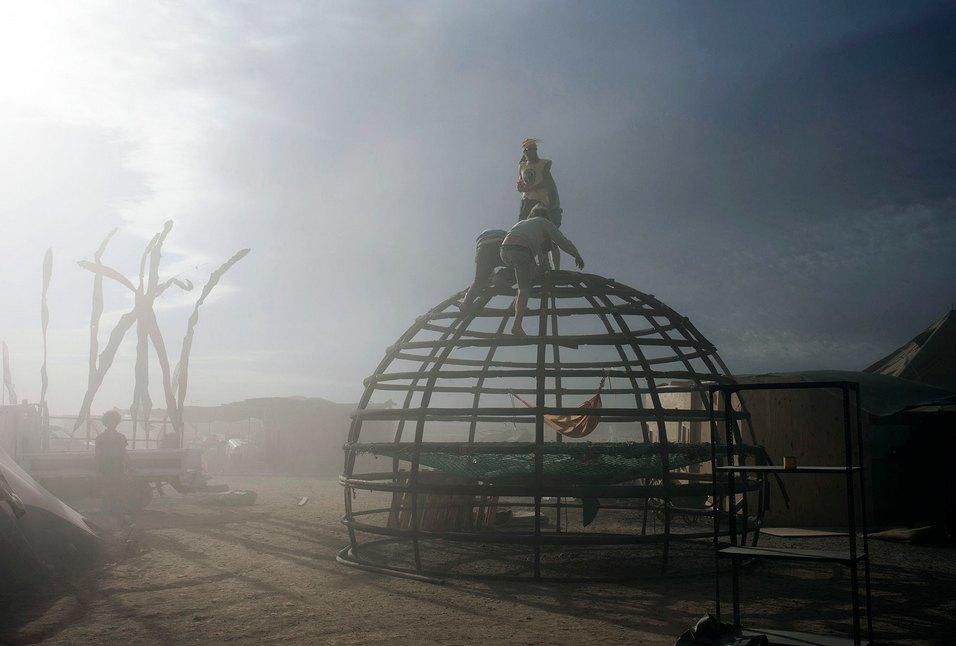 Как развлекаются посетители фестиваля Burning Man в африканской пустыне. Изображение № 11.