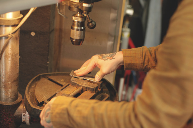 Часть процесса обработки рамы для тату-машинки в мастерской Влада. Изображение №5.