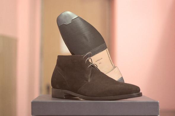 Готовые ботинки можно сразу же надевать, но лучше дать клею остыть . Изображение № 26.