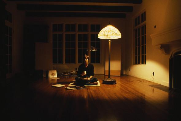 Фотография в журнале Time — Стив Джобс на полу в комнате своего дома JacklingHouse. Изображение №24.