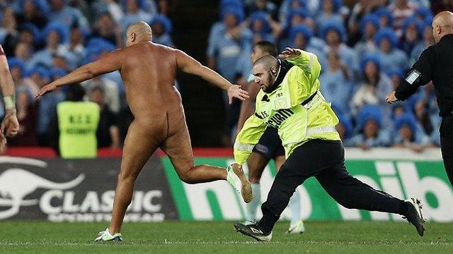 Стрикеры: кто и зачем выбегает на поле по время спортивных матчей. Изображение № 3.
