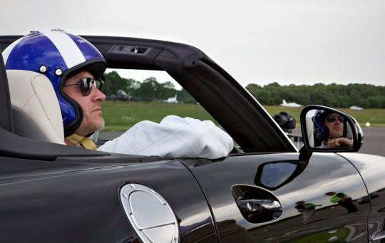 Гонщик «Формулы-1» вошел в книгу рекордов Гиннесса, поймав мяч для гольфа на скорости почти 200 км/ч. Изображение №2.