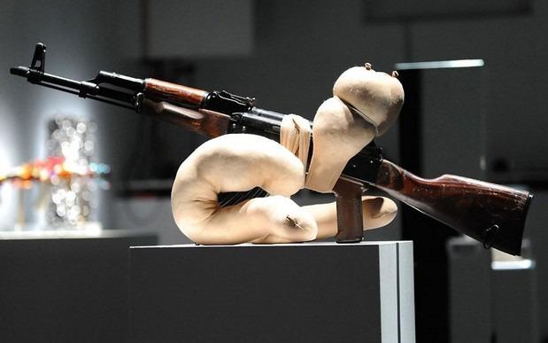 Британские художники представили миролюбивые модификации АК-47. Изображение № 5.