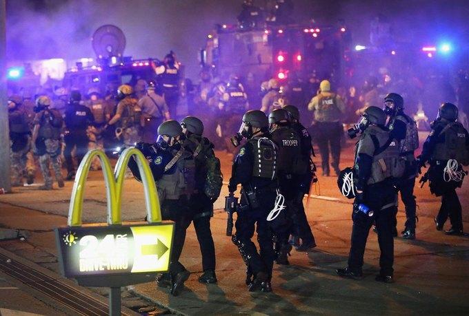 В Фергюсоне продолжаются беспорядки из-за оправданного судом полицейского. Изображение № 1.
