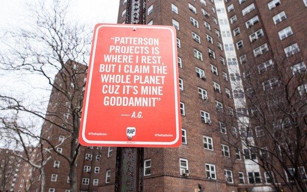 Нью-йоркский художник Джей Шеллс крепит к столбам таблички с рэп-цитатами. Изображение № 1.