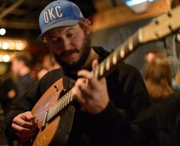 Фронтмен Bon Iver создал гитару из бочки для виски. Изображение № 6.